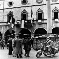 Piazza del Popolo nei primi giorni della Liberazione