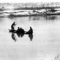 Partigiani che attraversano il fiume Reno dopo aver recuperato alcune pecore che  hanno ucciso sull'altra riva del fiume