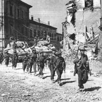 Portomaggiore, 19 aprile 1945. Fanti del 5° Battaglione Northhants della 11a Brigata 78a Divisione Fanteria britannica attraversano Portomaggiore (tratto da Giuseppe Pieraccini, Finale. VIII Armata - Offensiva finale. Dal fiume Reno al Panaro al Po 13-28 aprile 1945, Ravenna, Il Ponte Vecchio, 2001, 125).