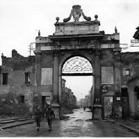 Soldati britannici escono da Porta Nuova all'indomani della liberazione