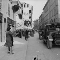 Corteo funebre di vittime di bombardamenti in Via Emilia.