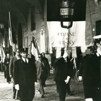 Il sindaco Leopoldo Lucchi commemorava il 20 ottobre deponendo una corona sotto la lapide dei martiri partigiani