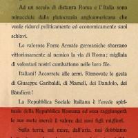 """Per incitare gli italiani a riunirsi nella lotta contro gli anglo-americani, la propaganda fascista recupera alcuni momenti della storia risorgimentale, collegando gli esempi del patriottismo alla fedeltà nei confronti dei nazisti. In questo volantino anche il tricolore viene utilizzato per rimarcare l'unica """"italianità"""" che i fascisti ritengono possibile, ovvero quella subalterna all'occupazione nazista."""
