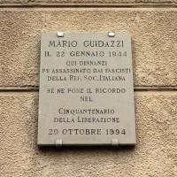 La lapide dedicata a Mario Guidazzi posta nel luogo dove fu assassinato