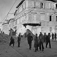 Via Carbonari dopo la ritirata dei tedeschi, Palazzo del Ridotto a destra, ottobre 1944 (BCM Dellamore, FDP 1207)