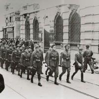 Militi fascisti in sfilata per il centro città