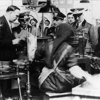Cesena, Interni dello Stabilimento Arrigoni, visita di importatori tedeschi privati e militari, 1940-1941 circa (BCM Fondo Bacchi, FBP 1534)