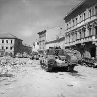 Carriarmati Sherman nella piazza principale di Portomaggiore, 20 aprile 1945.