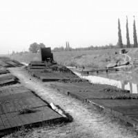 Lavori per la costruzione di un ponte presso il Passo dell'Uccellino sul fiume Secchia.