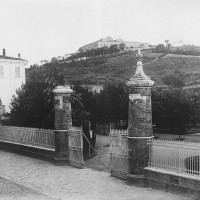 Ingresso del Giardino pubblico di Cesena prima della demolizione della cancellata nel 1936 (BCM Fondo Casalboni, FCP 64)