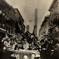 Le truppe alleate festeggiate dai bolognesi nel giorno della liberazione della città (Unicode Encoding Conflict)