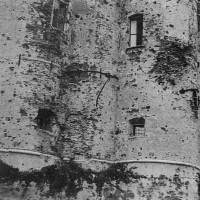 Particolare dell'esterno dell'abbazia di Santa Maria del Monte dopo i bombardamenti, ottobre 1944 (BCM Fondo Bacchi, FBP 531)