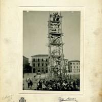 Colonna della Madonna del Fuoco in Piazza Saffi