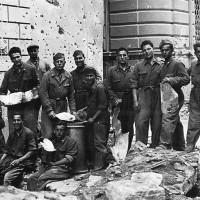 Militi dell'UNPA dopo un bombardamento aereo