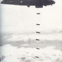 Grappoli di bombe sganciate dagli aerei alleati