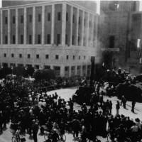 La trebbiatura del grano nell'Orto di Guerra in Piazza del Littorio nell'estate del 1942