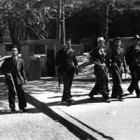Partigiani attraversano Piazza Mazzini.