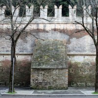 Viale Mazzoni, il muro protettivo antischegge oggi (fronte)