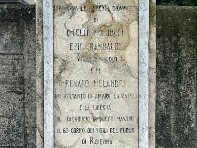 Cippo a ricordo dell'esecuzione di due Vigili del Fuoco. Vicolo dei Francesi, angolo via Narsete