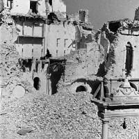 Esterno dell'abbazia di Santa Maria del Monte dopo i bombardamenti, ottobre 1944 (BCM Fondo Bacchi, FBP 528)