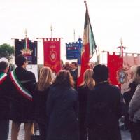 Commemorazione delle vittime con delegazioni da Sassoferrato e Fabriano, sotto la bandiera blu dell'ANPI Sergio Latini, figlio di Torello, 26 ottobre 2003