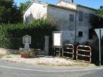"""Cippo a """"AGAPITO LATINI e VIRGILIO LUCCI"""" a San Giorgio di Cesena, Via S. Giorgio angolo Via Chiesa di S. Martino (veduta generale)."""