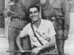Il comandante Virgilio Guerci (accucciato) con gli amici partigiani G. Levoni (a sinistra) e R. Losi (a destra).