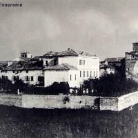 Questa cartolina di inizio Novecento mostra l'abitato di Soliera completamente racchiuso entro il tracciato delle mura difensive.