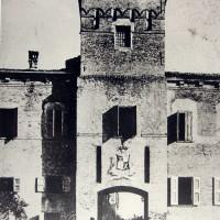 Negli anni della Seconda guerra mondiale, per accedere al centro storico di Soliera, bisogna oltrepassare la vecchia porta, che è parte delle strutture del Castello Campori. L'ingresso è poi stato mantenuto pressoché identico fino all'epoca presente.