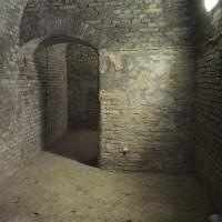 Parasoffio interno dell'ingresso adiacente al Monumento ai Caduti oggi (foto dell'autore)
