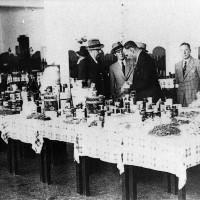 Cesena, Interni dello Stabilimento Arrigoni, visita di importatori tedeschi privati e militari, 1940-1941 circa (BCM Fondo Bacchi, FBP 1533)
