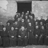 Religiosi e sacerdoti cesenati con il vescovo mons. Beniamino Socche. Il secondo seduto da sinistra è don Giovanni Ravaglia, 1938-1946 circa