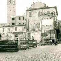 Particolare veduta dell'abitazione dei Mondolfo, dovuta alla demolizione dell'edificio adiacente, anni 60 (Servizio Urbanistica Cesena)