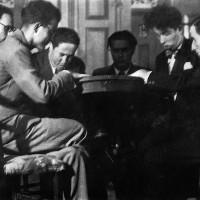 Giorgio Saralvo (terzo da sinistra) in una scherzosa seduta spiritica. Alla sua destra Cino Pedrelli