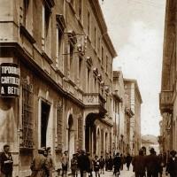 Cesena, Corso Umberto I. Palazzo Fantaguzzi sede della Banca Popolare e Palazzo Ghini, Anni '40 circa (BCM Fondo Bacchi cartoline, FCB 1132)