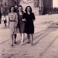 Tre giovani donne passeggiano a braccetto fuori dalle mura del Castello Campori, nell'attuale piazza Lusvardi. Durante l'occupazione tedesca i momenti di svago diventano sempre più precari. I ragazzi renitenti alla leva escono il meno possibile e si concedono un pomeriggio di divertimento solo quando non resistono alla tentazione. Per diversi di loro, l'8 giugno 1944, il bisogno di evasione diventa però una trappola.