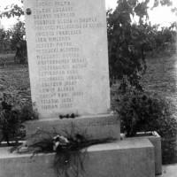 Il primo monumento, in granaglia, a ricordo delle vittime della strage dell'aeroporto collocato nel 1946 in via Seganti