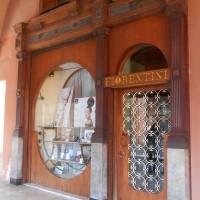 Piazza Saffi n. 3, portone originale in legno della Pellicceria Matatia