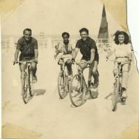 Estate 1940, Riccione. Camelia Matatia (a destra), il fratello Beniamino e due amici (foto di Roberto Matatia)