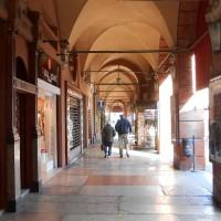 Porticato di Piazza Saffi, sulla sinistra il portone in legno della Pelliceria Matatia