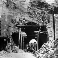 Lavori per la sistemazione del foro della Diavolessa, primavera 1945 (BCM Fondo Bacchi, FBP 557)
