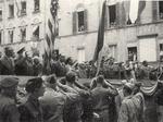 Il palco delle autorità durante la sfilata del 30 aprile 1945.