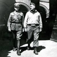 Ufficiali alleati a Palazzo d'Accursio dopo la liberazione di Bologna