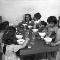 Luglio 1941: figlie delle mondine durante il pranzo alla Casa delle mondariso in viale Monte Kosica