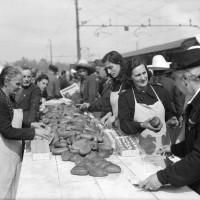 25 maggio 1941: posto di ristoro allestito dai Fasci femminili per distribuire alle mondariso in transito panini e formaggini