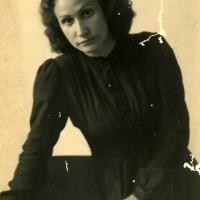 Clelia Manelli, partigiana, nel 1945 entra nella Giunta popolare del CLN modenese e nel 1946 nel Consiglio comunale. Tra le fondatrici dell'UDI, fa parte del Comitato provinciale
