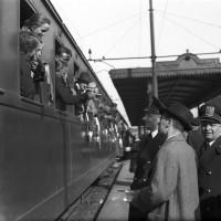 Saluto del Prefetto Boltraffio e del Segretario federale Franz Pagliani alla partenza dalla stazione di Modena il 2 aprile 1940