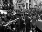 I sapisti sfilano il 5 maggio 1945 nel centro di Piacenza.