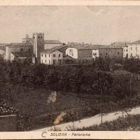 Questa cartolina, non datata ma risalente alla prima metà del Novecento, mostra l'abitato di Soliera, ancora circoscritto all'area delle antiche mura. All'esterno del borgo si aprono le campagne, dove sorgono case coloniche sparse (da Biblioteca Poletti).