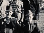 Alcuni ex prigionieri angloamericani mascherati da contadini nelle campagne modenese.